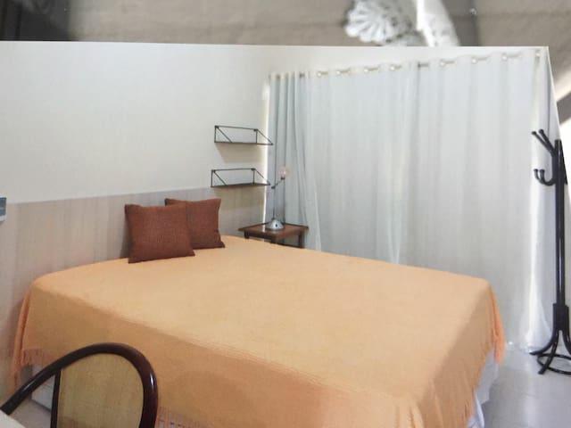 O quarto de casal dá acesso à varanda, mas pode ser isolado pela cortina, dando total privacidade e conforto.