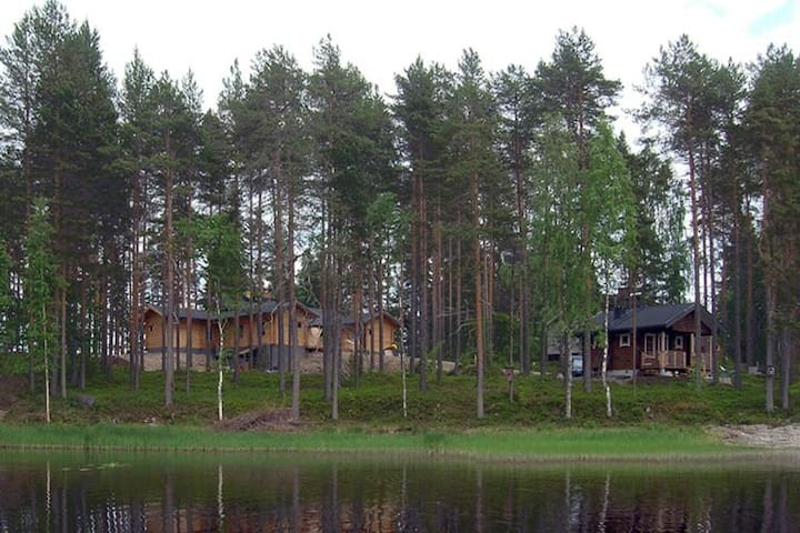 Rantasauna ja Hupelin päärakennus. The sauna and the main building seen from the lake.