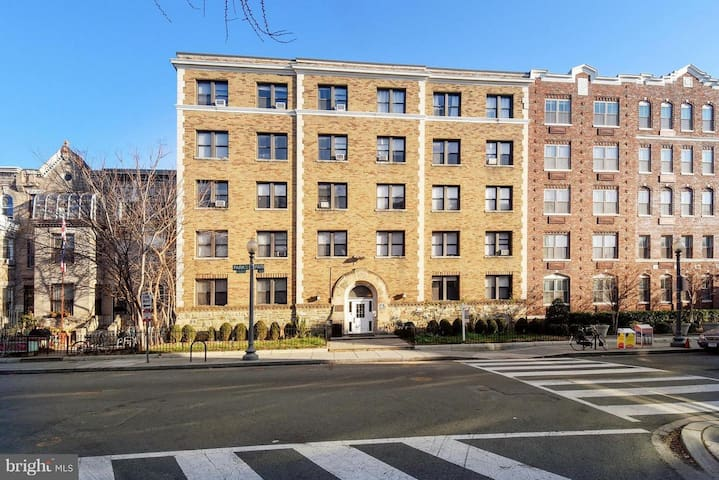 Studio in the heart of Columbia Heights