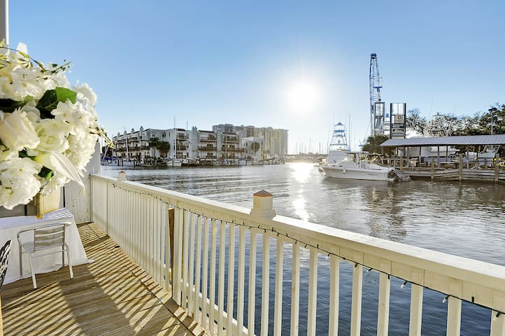 Water Front Condo 10 minutes to French Quarter ❤