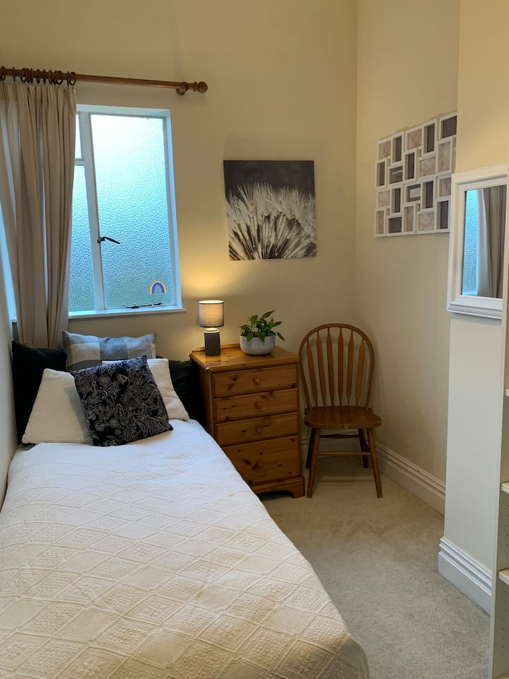 Cosy bedroom close to Bedford train station
