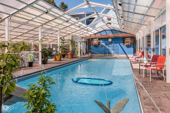 Luxurious Getaway-Heated pool open all year