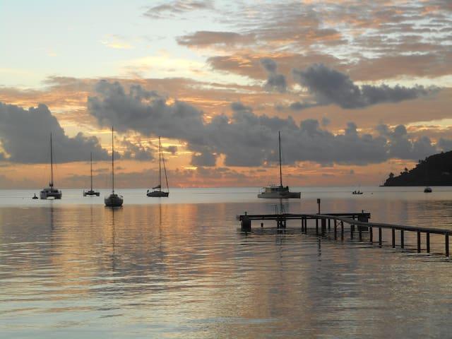 bungalow bord lagon à TAHAA