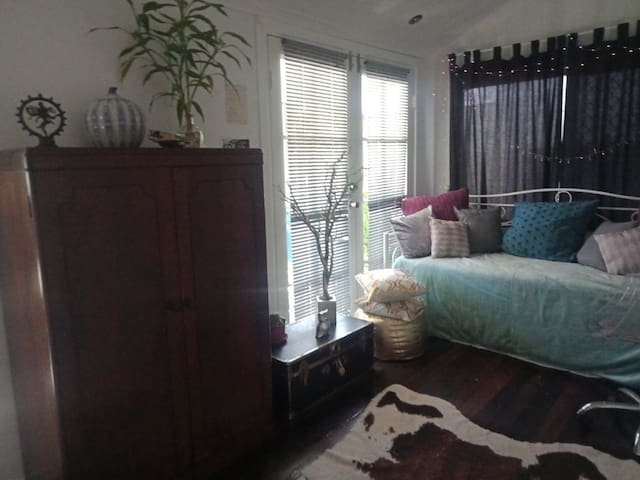 Private, Clean bright double bedroom close to city