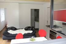 Wohnzimmer mit ausziehbarem Sofa