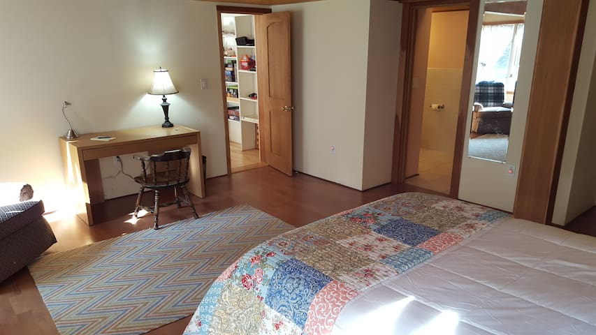 Large private master bedroom near Dartmouth/DHMC. - Hanover - House
