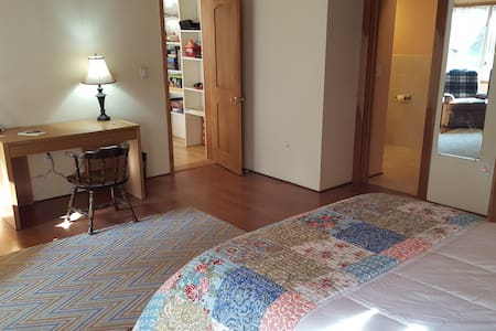 Large private master bedroom near Dartmouth/DHMC. - Hanover