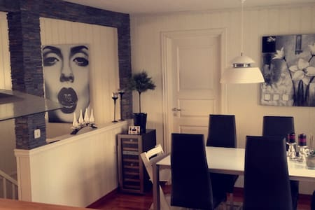 Cozy room for two and your own bathroom - Kristiansund - Townhouse