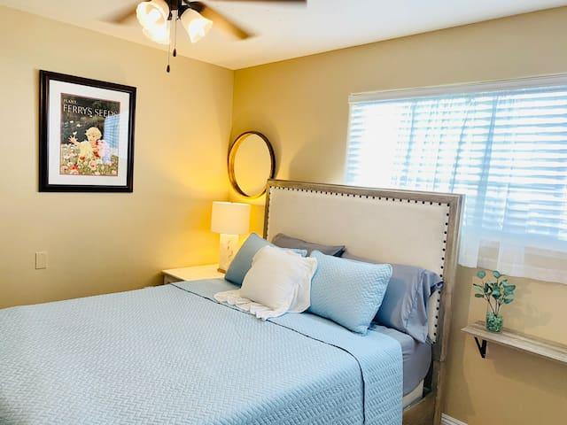 Main house Queen-bedroom with 50'' TV