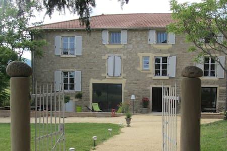 """Maison d'hôtes """"Les Terres"""" : Chambre La Prévôté - Chaponost"""