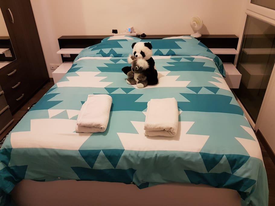 Mes potes Koala & Panda sont prêts à vous accueillir dans la chambre à coucher avec une literie neuve, un matelas neuf de 27 cm. Le tout pour le plus grand confort.