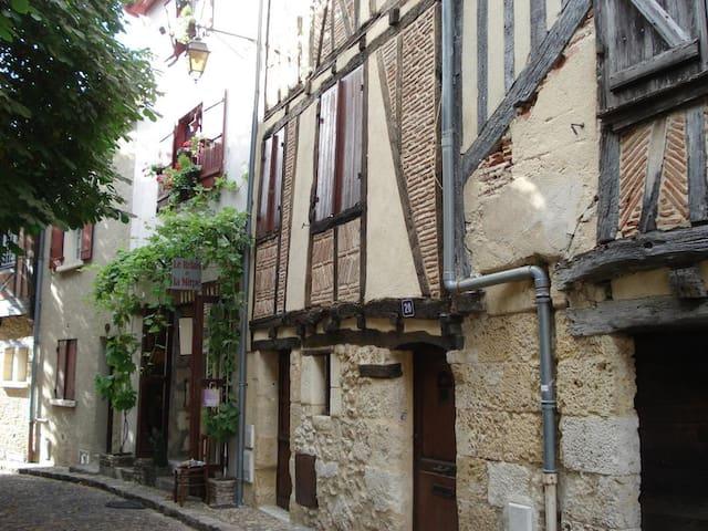 Studio indépendant dans un immeuble du 16° siècle.