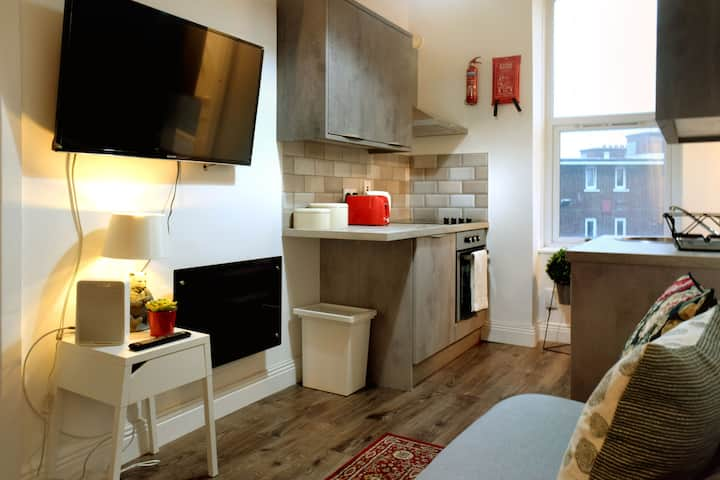 Georgian 1 Bd 2nd Flr Pad + WIFI + TV 5 min Spire