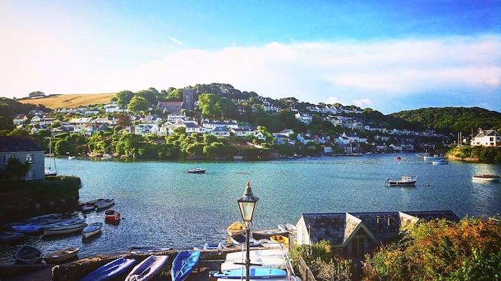 Stylish riverside cottage on water's edge