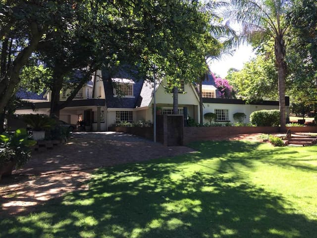 Self - contained 2 bedroom, upstairs apartment - Sandton - Apartment