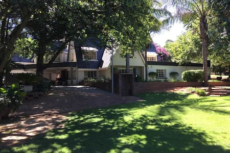 Self - contained 2 bed room, upstairs apartment - Sandton