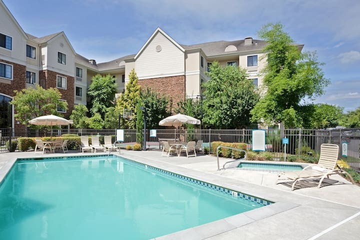 Near Portland North of the Columbia River | Free Breakfast + Outdoor Pool + Hot Tub