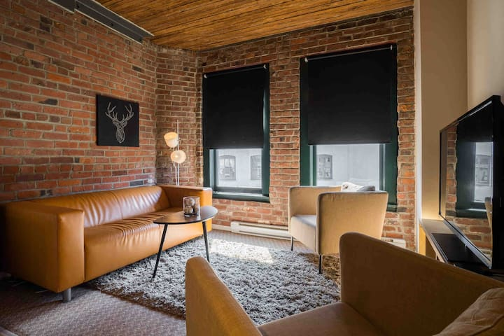 Professionally sanitized heritage loft in Gastown