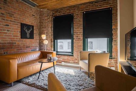 Professionally sanitized loft in Gastown W/AC