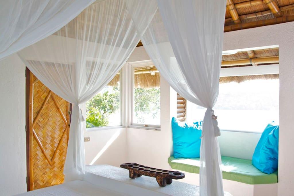 Ocean view Guestroom window seat/bed