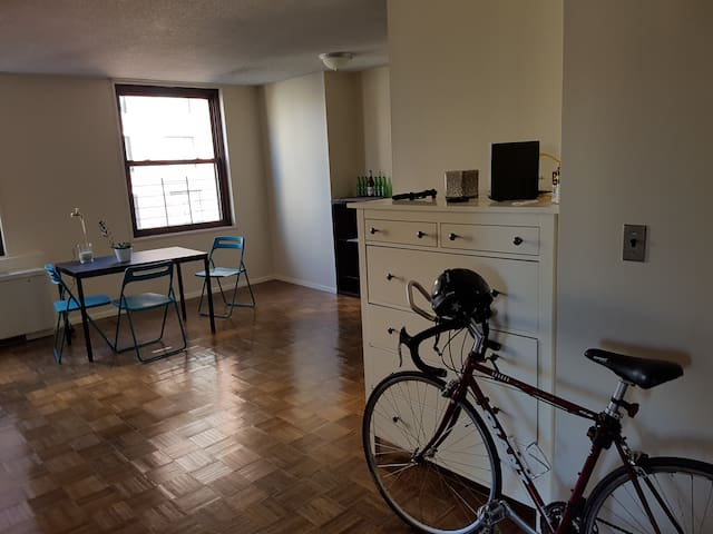 Spacious Hell's Kitchen private room in a 2bdrm - New York - Byt