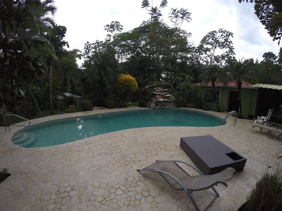 Bungalow nice design large pool tropical garden for Pool design costa rica