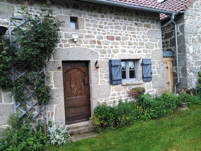 Maison en pierre  dans village pour 2 personnes