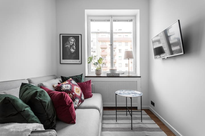 Cosy space with art on the walls, colorful cushions and Smart Tv with Netflix chromecast etc