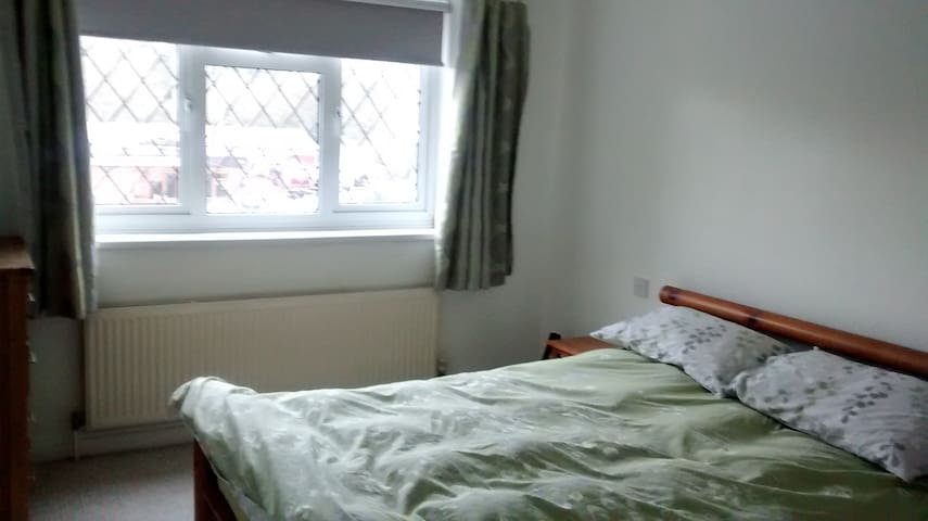 Large light double room with en-suite in Lympne