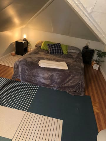 Cozy attic near KEAN, EWR, NYC. (residential area)