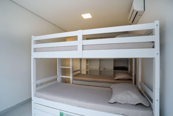 Suite com beliche, ar cond e armarios embutidos