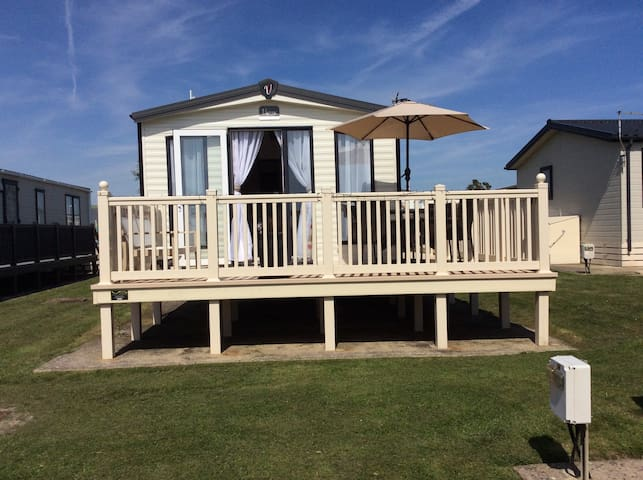 Cliff top location, stunning views.. minutes to beach