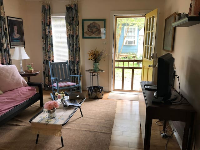 "Entire  House ""Little Gem""  2 Bedroom/1 Bath"