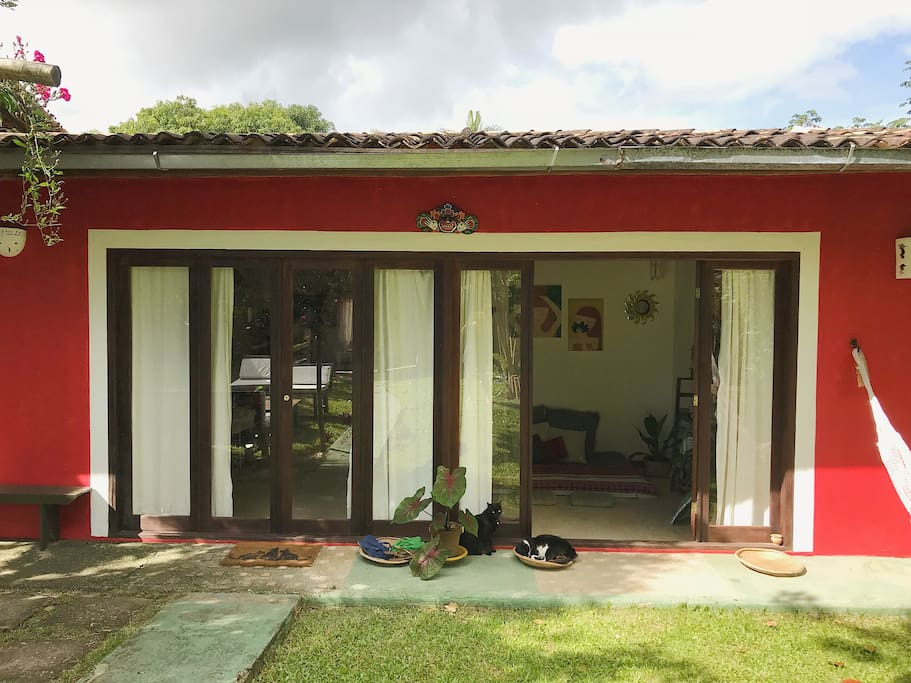 A casa tem o estilo de arquitetura da Bahia com todo o conforto e descanso da natureza. The House have the typical style from Bahia with all comfort and tranquility of nature.