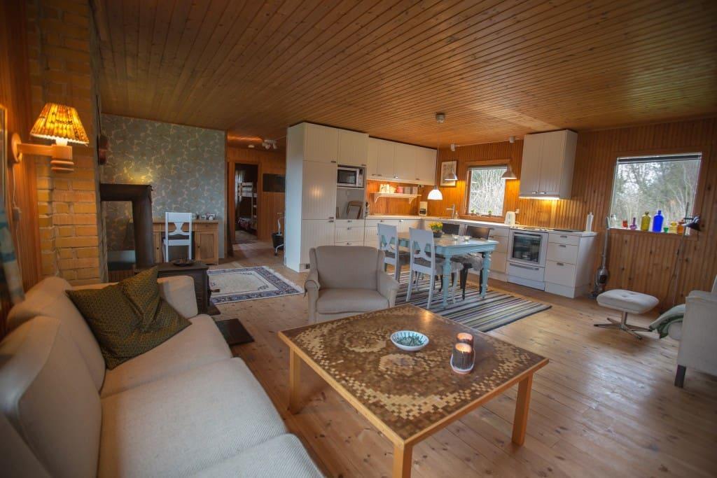 Stue og køkken med brændeovn samt kontorplads