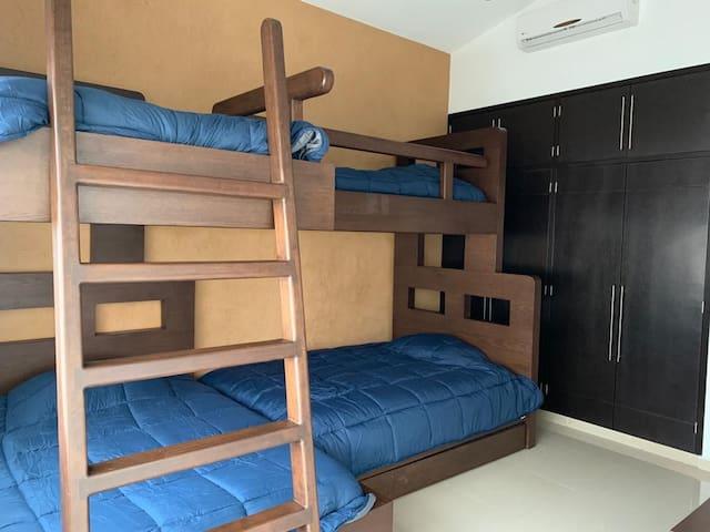 Recámara 3, 4 camas, closet y cajonera, baño completo.