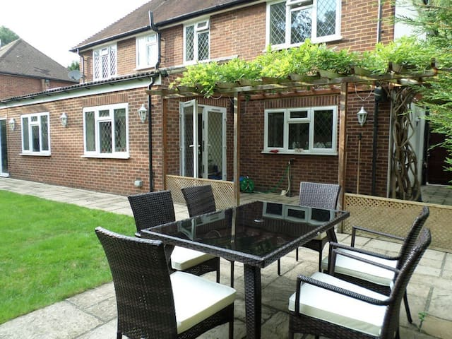 Double bedroom in shared house - Englefield Green
