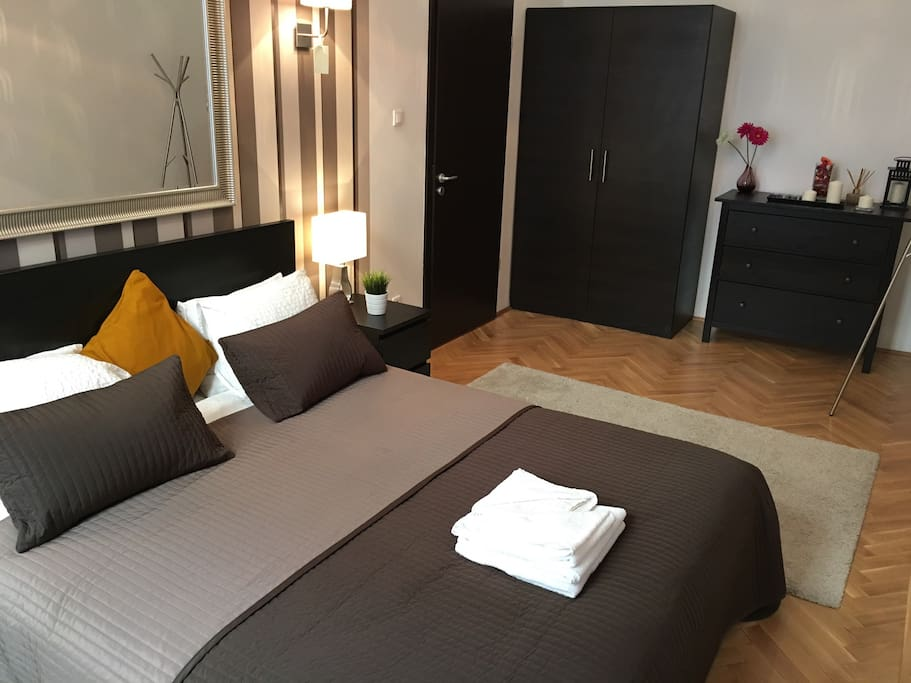 Your own large private room with comfy large king size bed, fresh linen, dressing gowns and towels provided. Lots of storage. Bright and airy room overlooking Kazinczy Utca.