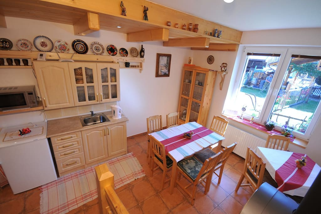 Spoločenská miestnosť, kuchyňa, krb