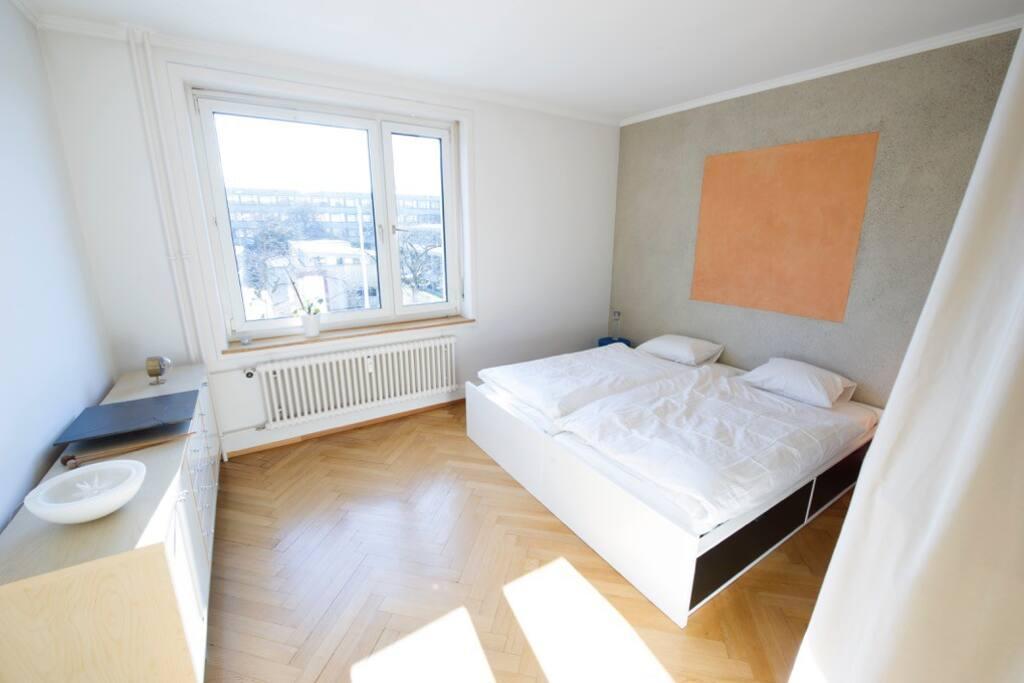 Schlafzimmer mit 2 Grossen Betten