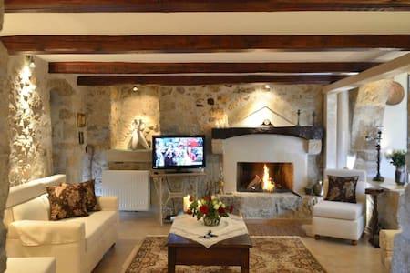''Villa Pannona''  in the center of crete - Agios Thomas - บ้าน