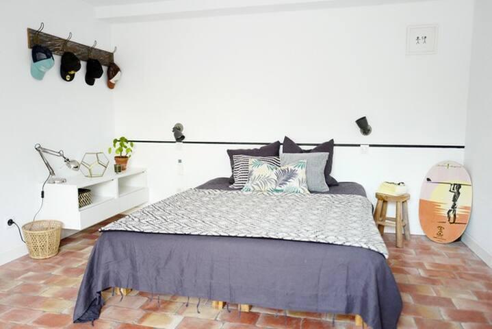 Suite climatisée au rez de jardin avec terrasse privée (1 lit en 160)