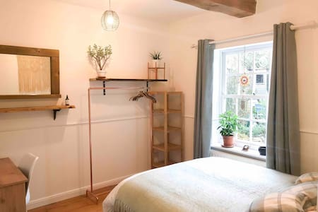 Double room in a beautiful grade 2 listed cottage