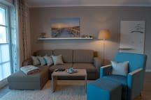 Blick auf die großzügigen Sitzmöglichkeiten im Wohnzimmer.
