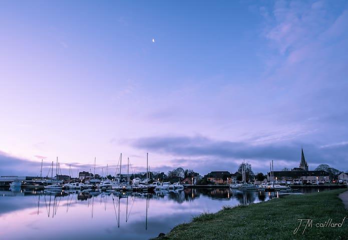 Le port et la ville au levé du soleil, à deux minutes à pied de nos gîtes