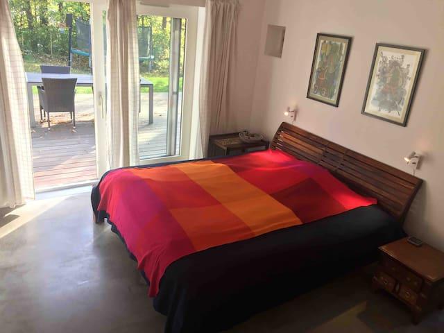 Large modern bedroom w/ en suite private bathroom