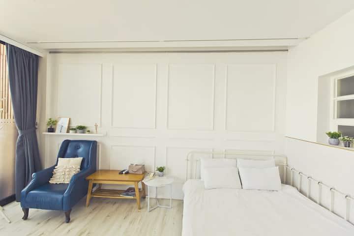 화이트 인테리어와 소품까지 마음의 안정감을줘 편안한 휴식을 즐길수 있는 A_102 객실
