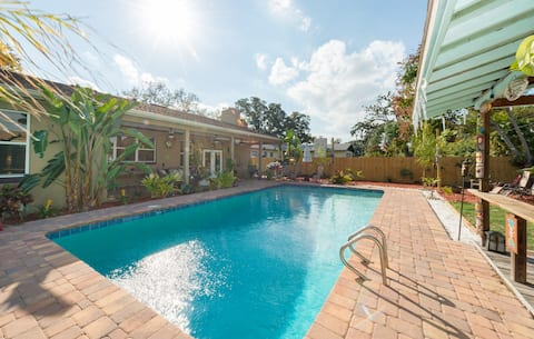 Poolside Paradise! 3 Private Rooms & 2 Bathrooms
