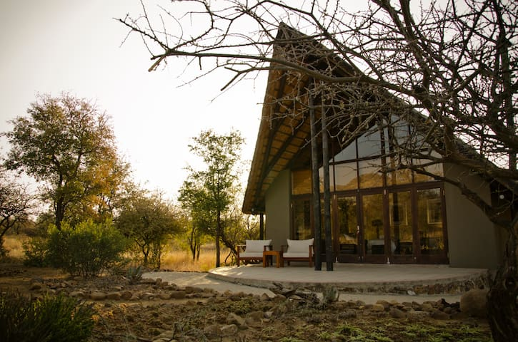 Morokolo Main Lodge Sleeps 10 incl 1 Safari Daily