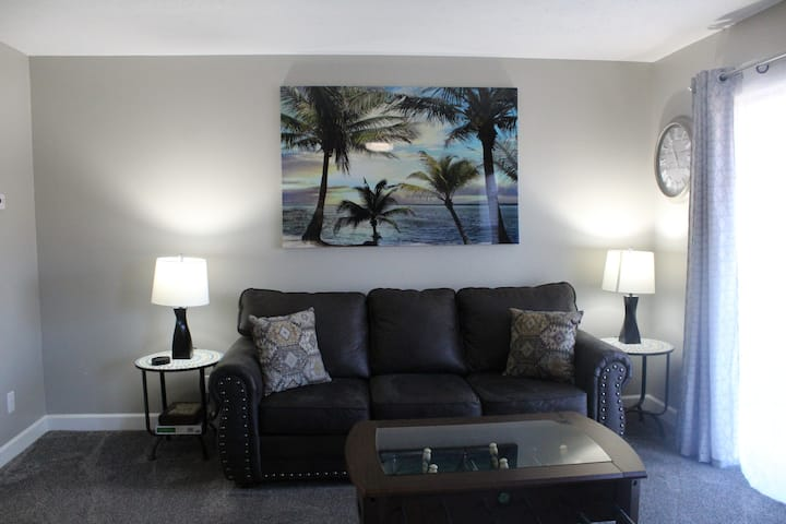 Beautifully remodeled pond view condo w/ amenities